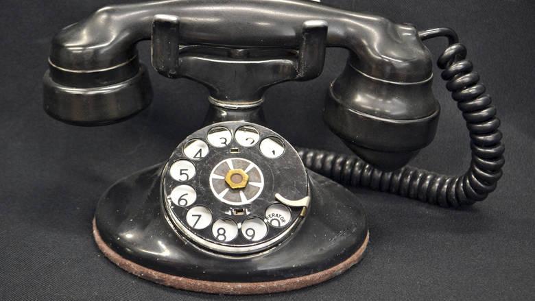 17χρονοι επιχείρησαν να τηλεφωνήσουν από περιστροφικό τηλέφωνο και έγιναν viral