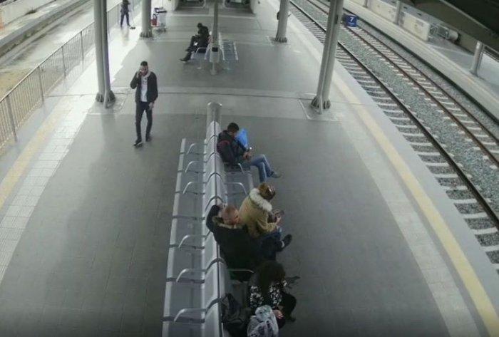 Έτσι έκλεβαν τσάντες από ανυποψίαστους επιβάτες στον σταθμό Λαρίσης