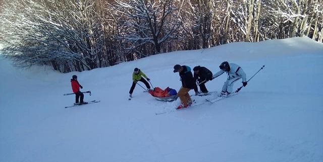 Ασφαλής μεταφορά δύο σκιέρ που τραυματίστηκαν στο Χιονοδρομικό