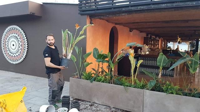 Ο καλλιτέχνης κηπουρός που «πρασίνισε» την εστίαση στον Βόλο