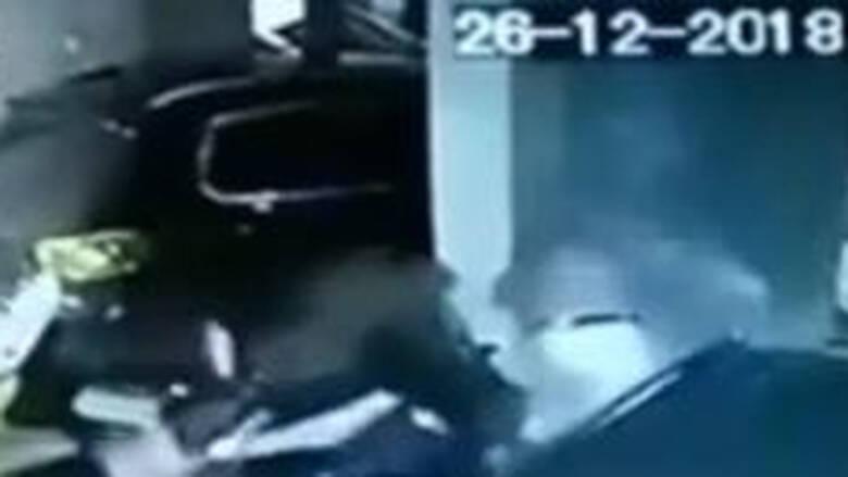 Σoκαριστικό βίντεο: Η στιγμή που ο «δράκος των Χανίων» επιτίθεται σε νεαρή γυναίκα