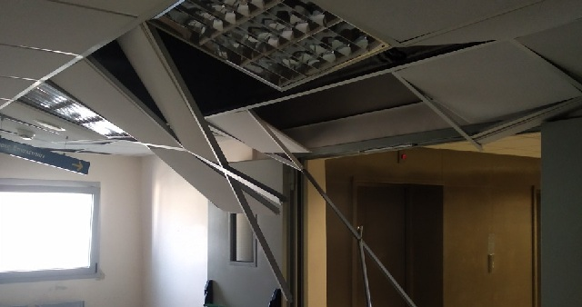 Αποκολλήθηκε κομμάτι οροφής σε αίθουσα του Νοσοκομείου [photos]