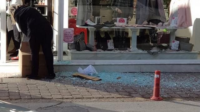 Ο δυνατός αέρας έσπασε πόρτα σε κεντρικό κατάστημα των Τρικάλων