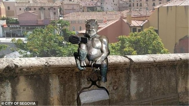Σάλος σε πόλη της Ισπανίας για άγαλμα με τον Σατανά «χαμογελαστό» [εικόνα]