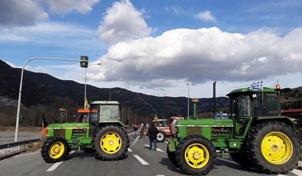 Οι αγρότες στήνουν μπλόκο στην εθνική έξω από τη Λάρισα στις 28 Ιανουαρίου