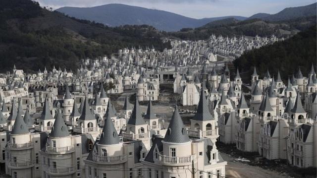 Το αλλόκοτο χωριό των «μίνι πύργων» στην Τουρκία που στέκει έρημο λόγω κρίσης