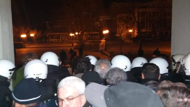 ΣΥΡΙΖΑ: Μέλη του ΣΥΡΙΖΑ δέχτηκαν γροθιές, κλωτσιές και ύβρεις από τους εισβολείς στο Δημαρχείο