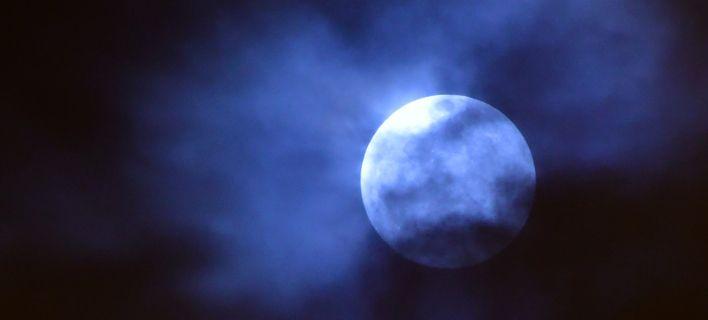 Το φεγγάρι της Κυριακής μάγεψε: Πανσέληνος, υπερπανσέληνος και ολική έκλειψη σελήνης [εικόνες]
