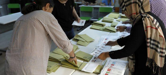 Τα τρελά των τουρκικών εκλογών: Ψηφοφόροι άνω των 150 ετών, 1.000 άτομα σε διαμέρισμα