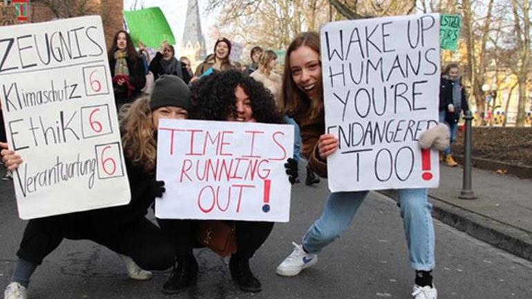 Νεαροί οικολόγοι βγήκαν στους δρόμους διαμαρτυρόμενοι στην Γερμανία