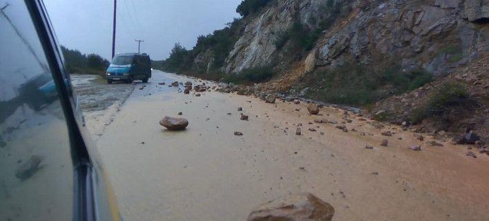 Χαλκιδική: Ισχυρή βροχόπτωση -Κατολισθήσεις βράχων, δρόμοι-χείμαρροι και χαλάζι [εικόνες]