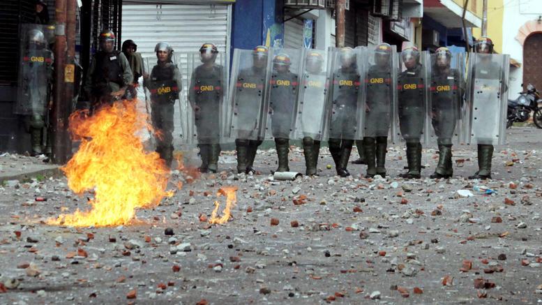 Χάος στη Βενεζουέλα, οι ΗΠΑ αναγνώρισαν νέο πρόεδρο