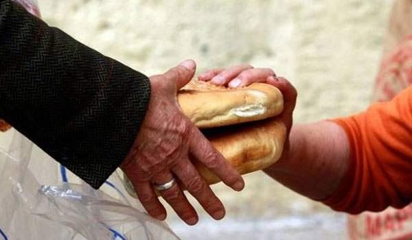 Περπατούν χιλιόμετρα για να πάρουν λίγα τρόφιμα