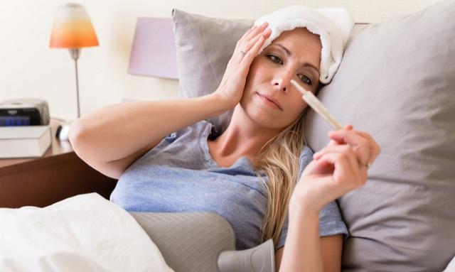 Ποια συμπτώματα δείχνουν ότι η γρίπη «γυρνάει» σε πνευμονία