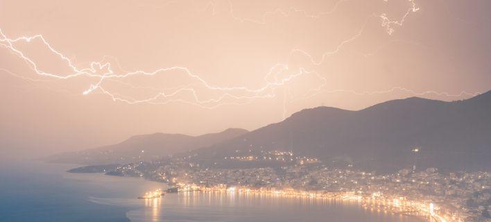 Κόκκινη καταιγίδα έπληξε τη Σάμο: Μοναδικά στιγμιότυπα από το σπάνιο φαινόμενο [εικόνες]