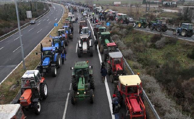 Στους δρόμους οι αγρότες: Mπλόκα από την Φλώρινα έως την Κρήτη
