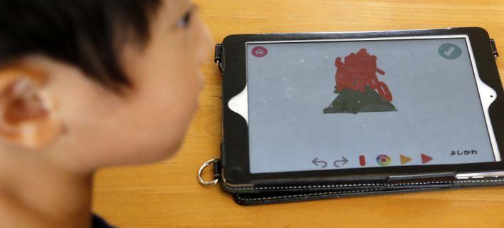 Ερευνα: Σχεδόν απαγορευτική η επαφή των μωρών με οθόνες