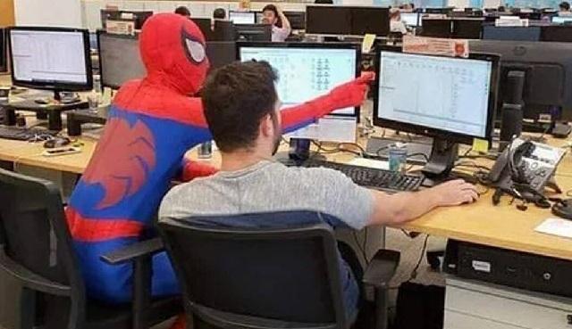 Τραπεζίτης πήγε για τελευταία φορά στη δουλειά ντυμένος... Spiderman [εικόνες]