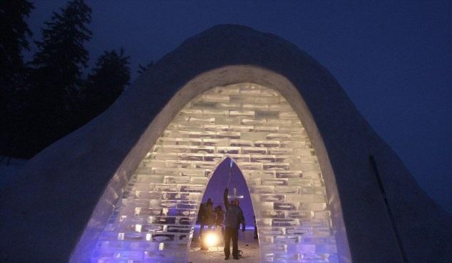 Η πιο περιέργη εκκλησία του κόσμου: Φτιαγμένη αποκλειστικά από πάγο [εικόνες]