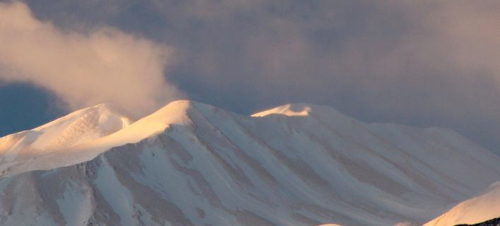 Κρήτη: Η αφρικανική σκόνη έκανε τα Λευκά Ορη... πορτοκαλί. Θα λιώσει τα χιόνια, λένε μετεωρολόγοι