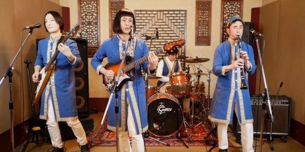 Γιαπωνέζικο συγκρότημα τραγουδά και χορεύει «Τα Καγκέλια»