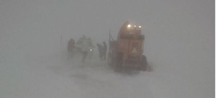Σφοδρή χιονοθύελλα στο Βελούχι: Επιχείρηση απεγκλωβισμού οκτώ ατόμων [εικόνες]