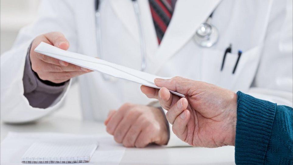 Γιατρός μεγάλου νοσοκομείου της Αθήνας συνελήφθη για «φακελάκι»