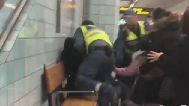 Σεκιούριτι σέρνουν με τη βία έγκυο από το βαγόνι του μετρό επειδή δεν είχε εισιτήριο