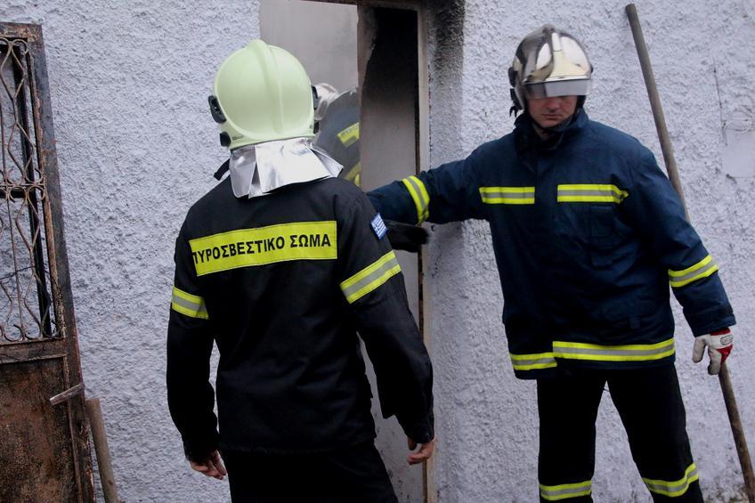 Η πυροσβεστική απεγκλώβισε ηλικιωμένο από φλεγόμενο σπίτι στη Θεσσαλονίκη