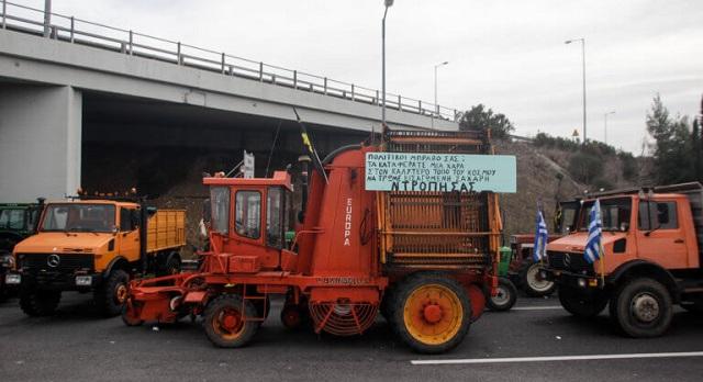 Λάρισα: Οι αγρότες δυναμώνουν τα μπλόκα τους. Κρίσιμη σύσκεψη για το μέλλον των κινητοποιήσεων