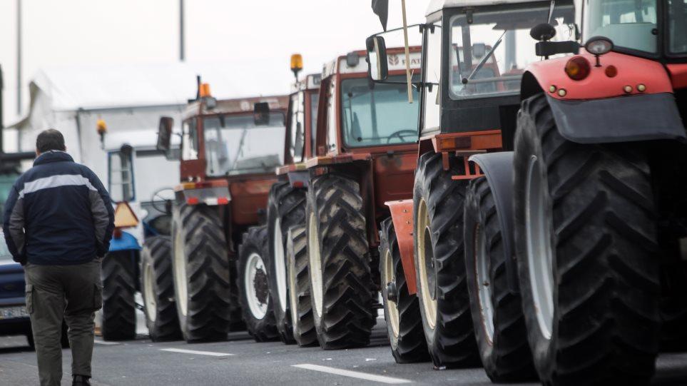 Σκληραίνουν τη στάση τους οι αγρότες: Στήνουν μπλόκα στον κόμβο του Πλατύκαμπου
