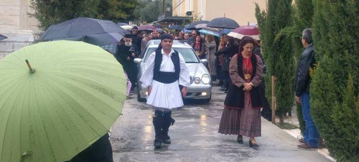 Σπαραγμός στην κηδεία των 3 γυναικών στην Καλαμάτα- Με εγκαύματα και συντετριμμένος ο ιδιοκτήτης της ταβέρνας [εικόνες]