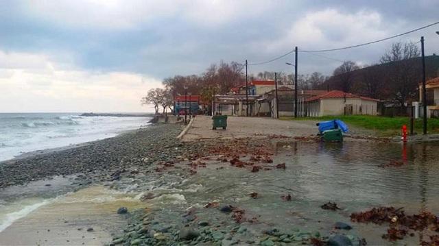 Κόπηκε στα δύο από τις βροχές ο παραλιακός δρόμος στο Κόκκινο Νερό Λάρισας