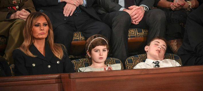 Πιτσιρικάς κοιμήθηκε στην ομιλία του Τραμπ και έγινε σύμβολο αντίστασης [εικόνες]