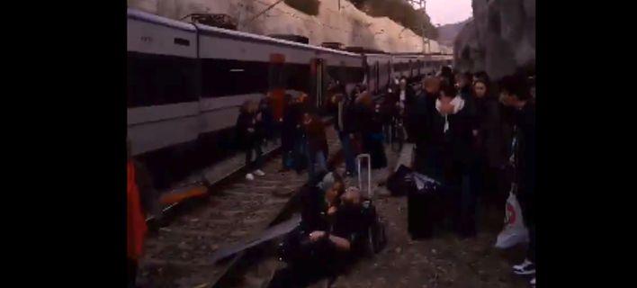Εκτροχιασμός τρένου κοντά στην Βαρκελώνη με νεκρούς και τραυματίες