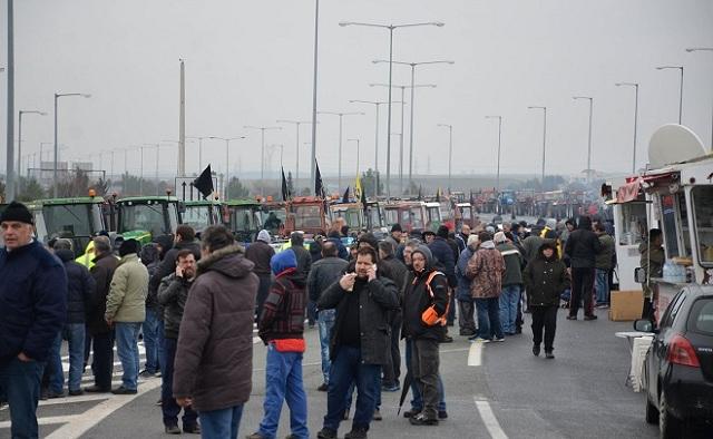 Στα Τέμπη οι αγρότες: Έκλεισε το ένα ρεύμα της εθνικής οδού
