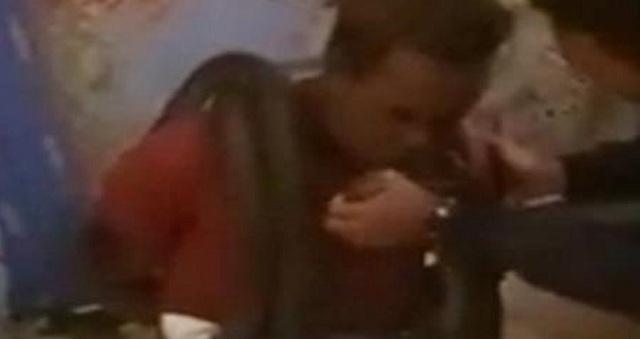 Αστυνομικοί ανέκριναν ύποπτο τυλίγοντας φίδι γύρω από τον λαιμό του