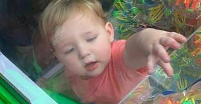 Μωρό εγκλωβίστηκε σε μηχάνημα πώλησης παιχνιδιών! [εικόνες]
