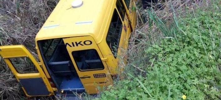 Ρόδος: Σοβαρό τροχαίο με σχολικό λεωφορείο. «Βούτηξε» σε ρέμα βάθους τριών μέτρων [εικόνες]