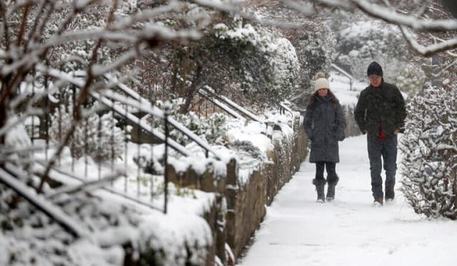 Σφοδρή χιονοθύελλα «σαρώνει» Ουάσινγκτον και Νέα Υόρκη: Πάνω από 1.000 ακυρώσεις πτήσεων