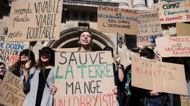 Εκατοντάδες μαθητές στους δρόμους του Παρισιού για το κλίμα
