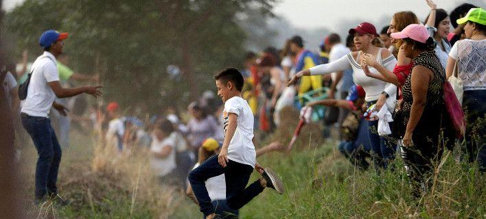 Βενεζουέλα: Κυβερνητικές δυνάμεις άνοιξαν πυρ στα σύνορα. Μια νεκρή