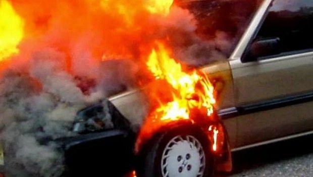 Στις φλόγες σταθμευμένο αυτοκίνητο στον Βόλο