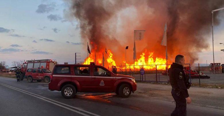 Φόβος για έκρηξη φιαλών προπανίου σε εργοστάσιο που φλέγεται στη Λάρισα [εικόνες]