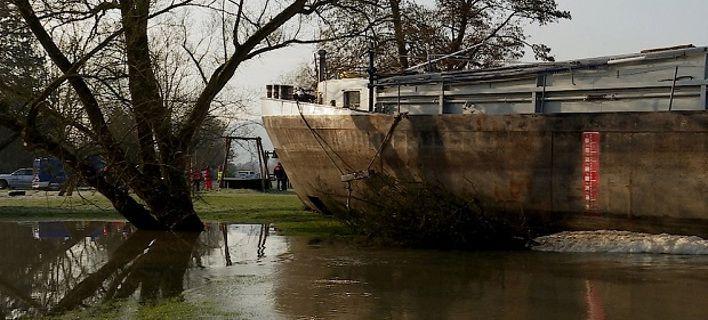 Μεθυσμένος καπετάνιος έριξε το πλοίο πάνω σε γέφυρα και ...πάρκαρε στην όχθη [εικόνες]