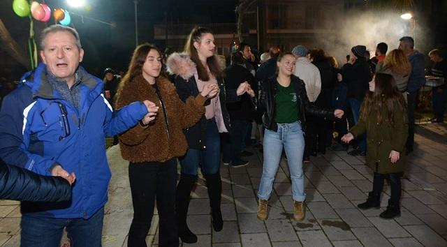 Γέμισε με χαμόγελα, κέφι και χορό την Τσικνοπέμπτη η πλατεία Χρυσοχοϊδη