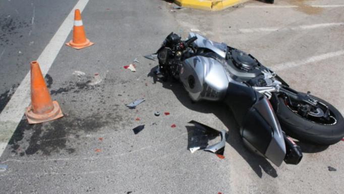 Σοβαρό τροχαίο στον Βόλο, οδηγός εκσφενδονίσθηκε με τη μηχανή του