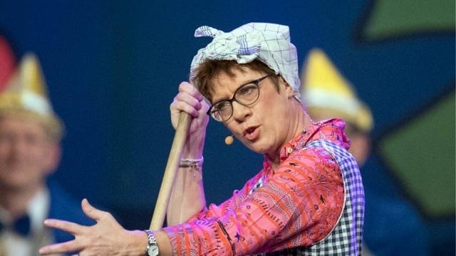 Γερμανία: Αντιδράσεις για τα σατιρικά σχόλια της αρχηγού του CDU σχετικά με τις «ουδέτερες» τουαλέτες