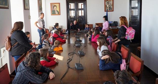 Νήπια «ανέκριναν» τον Δήμαρχο Ζαγοράς -Μουρεσίου