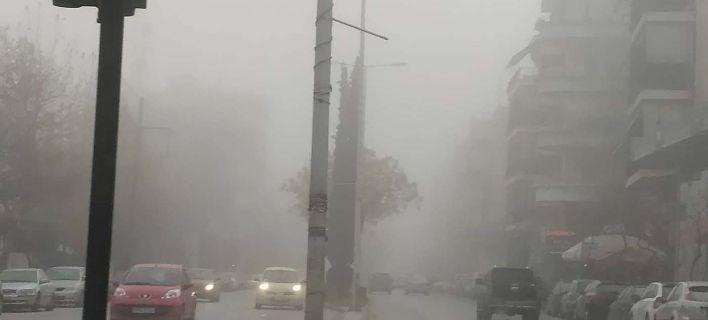 «Θάφτηκε» στην ομίχλη η Λάρισα [εικόνες]
